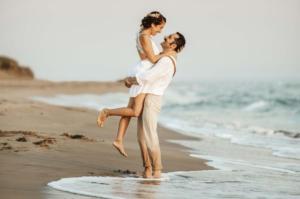 antalya düğün fotoğrafçısı,sahil,gelin kucaklama